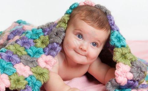 夏季宝宝光脚好吗 夏季宝宝不穿袜子好吗 夏季宝宝光脚的好处