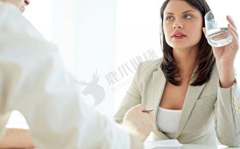 女人睡前不能吃什么 女人睡前有哪些禁忌 女人睡前饮食