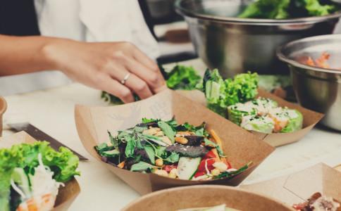 哪些食物不能放进微波炉 不能放微波炉加热的蔬菜 什么食物不能放微波炉加热